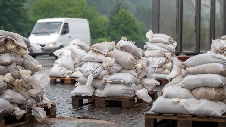 Sandsäcke liegen zur Sicherung gegen Hochwasser bereit. Foto: Harald Tittel/dpa/Archivbild
