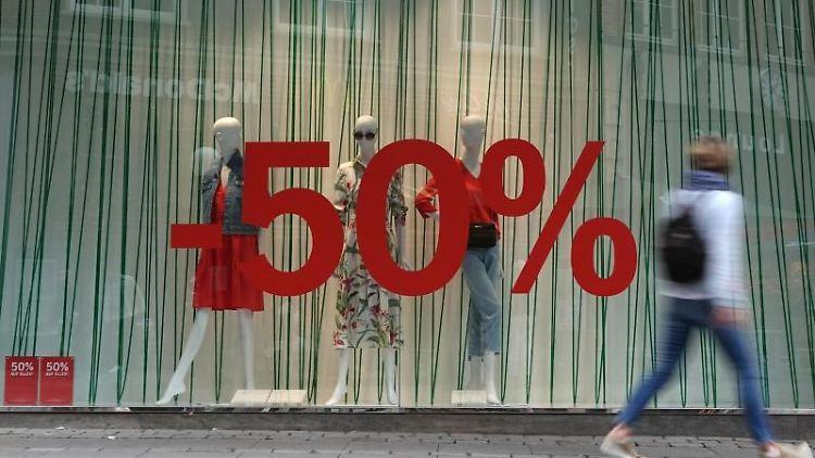 Auf einem Schaufenster wird mit einem 50-Prozent-Rabatt auf alle Waren geworben. Foto: Luise Evers/dpa/Archivbild