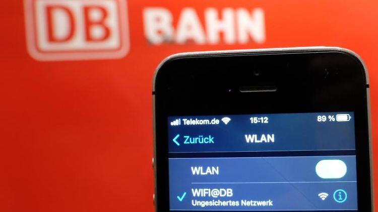 In einem Smartphone an einem S-Bahnhof wird das WLAN der Deutschen Bahn (DB) angezeigt. Foto: Sebastian Willnow/dpa-Zentralbild/dpa/Archivbild