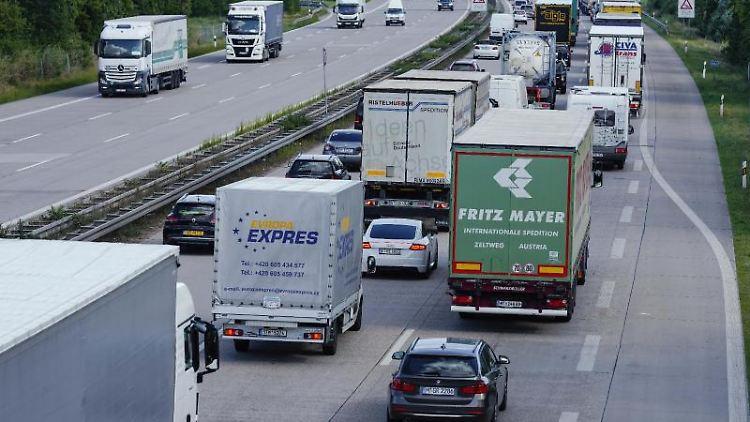 Lastwagen und Autos stehen auf der Autobahn 6 vor dem Autobahnkreuz Walldorf in Richtung Heilbronn im Stau. Foto: Uwe Anspach/dpa/Symbolbild