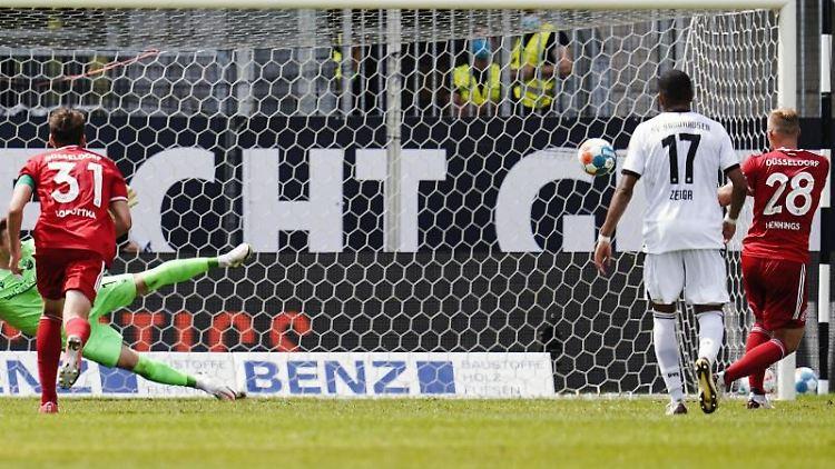 Düsseldorfs Rouwen Hennings schiesst per Foulelfmeter das Tor zum 0:2. Foto: Uwe Anspach/dpa