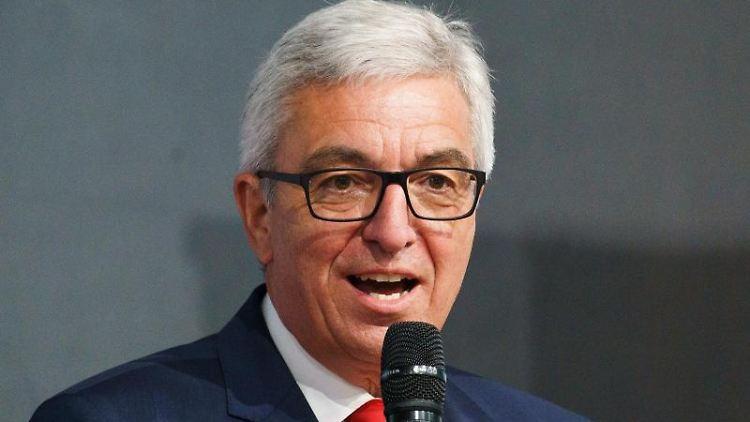 Roger Lewentz (SPD), Landesvorsitzender seiner Partei und Innenminister in Rheinland-Pfalz, spricht. Foto: Andreas Arnold/dpa