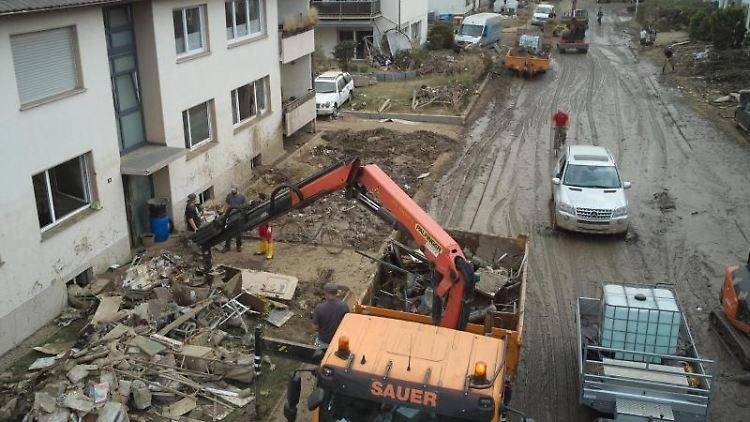 Zahlreiche Bauunternehmen helfen bei Aufräumarbeiten nach der verheerenden Flut. Foto: Thomas Frey/dpa