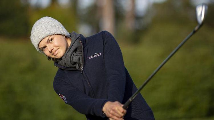 Die Golferin Esther Henseleit in Aktion. Foto: Axel Heimken/dpa