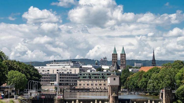 Blick auf die Stadtschleuse an der Fulda in Kassel. Foto: Swen Pförtner/dpa/Archivbild