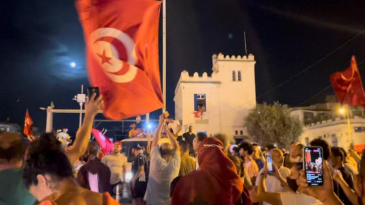 2021-07-26T015652Z_1715111068_RC21SO9GEW8K_RTRMADP_3_TUNISIA-POLITICS.JPG