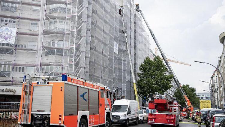Die Berliner Feuerwehr löscht einen Brand auf dem Dach eines Wohnhauses in Berlin-Schöneberg. Foto: Fabian Sommer/dpa