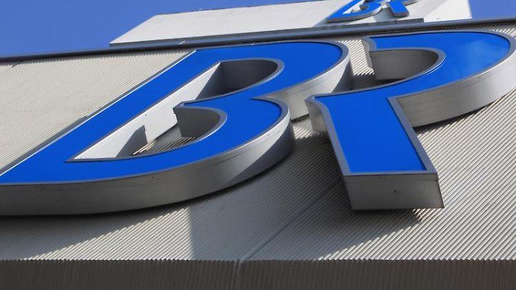 Das Logo des Bayerischen Rundfunks ist am Funkhaus in München zu sehen. Foto: picture alliance / dpa/archivbild