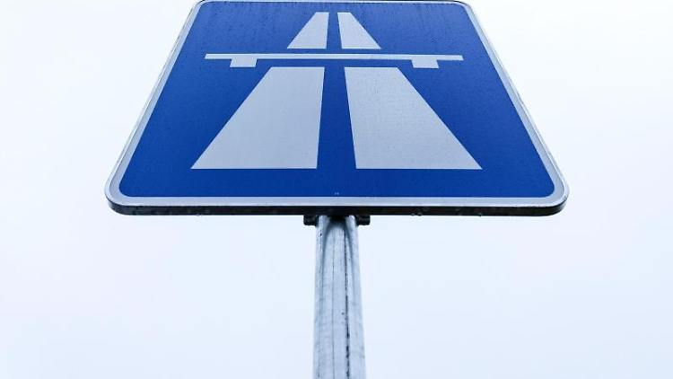 Blick auf ein Autobahnschild. Foto: Friso Gentsch/dpa/Symbolbild