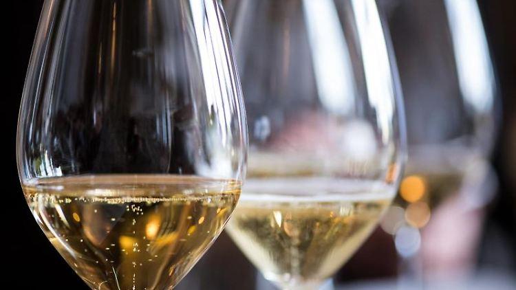 Weingläser stehen auf einer Theke. Foto: Franziska Gabbert/dpa-tmn/Symbolbild