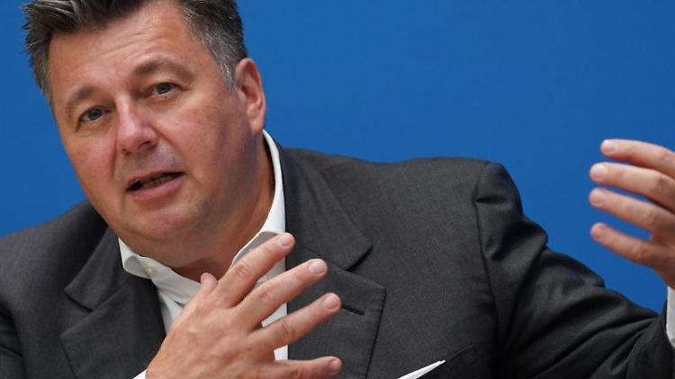 Andreas Geisel (SPD) spricht bei einer Pressekonferenz. Foto: Jörg Carstensen/dpa/Archivbild