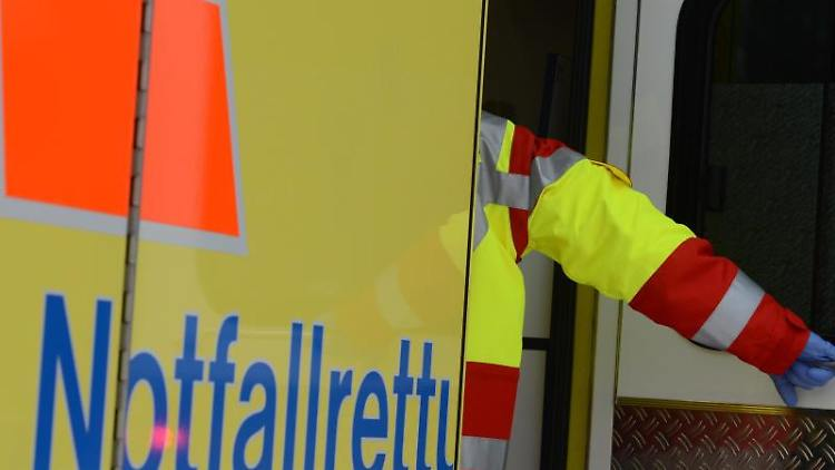 Ein Rettungsassistent steigt in einen Rettungswagen. Foto: Jens Kalaene/zb/dpa/Symbolbild