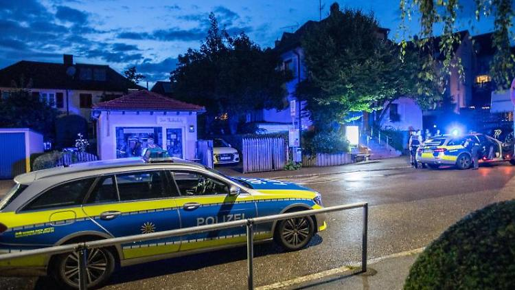 Polizeiwagen stehen am Einsatzort. Foto: Simon Adomat/visualmediadesign/dpa