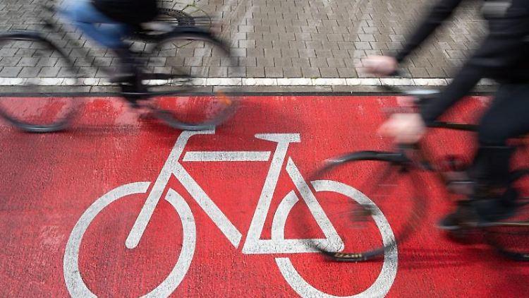 Radfahrer fahren auf einem Radweg. Foto: Friso Gentsch/dpa/Symbolbild