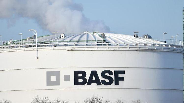 Das Logo des Chemiekonzerns BASF ist auf einer Industrieanlage auf dem Werksgelände angebracht. Foto: Uwe Anspach/dpa/archivbild