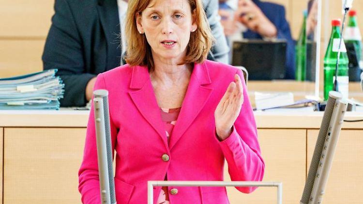 Karin Prien (CDU) spricht. Foto: Axel Heimken/dpa/Archivbild