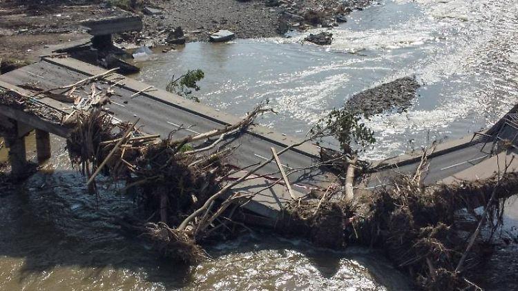 Völlig zerstört ist diese Brücke über die Ahr in Ahrweiler nach der Flutkatastrophe. Foto: Boris Roessler/dpa/Symbolbild