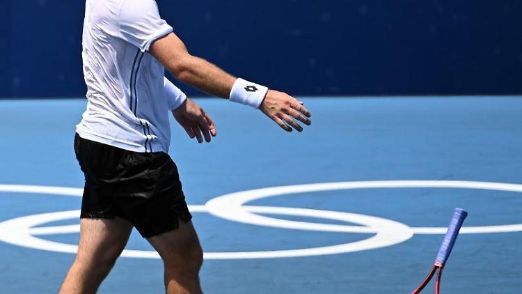 Dominik Koepfer wirft seinen Schläger zu Boden. Foto: Marijan Murat/dpa