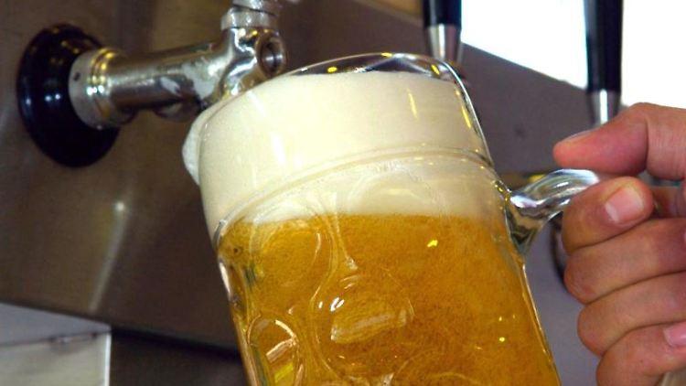 Ein Bier wird gezapft. Foto: picture alliance /dpa/Symbolbild