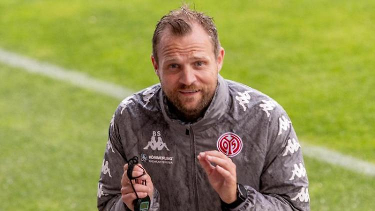 Trainer Bo Svensson steht beim Training auf dem Platz. Foto: Torsten Silz/dpa/Archivbild