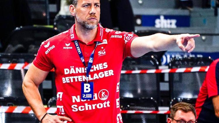 Flensburgs Trainer Maik Machulla coacht sein Team. Foto: Axel Heimken/dpa/Archivbild
