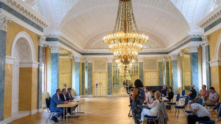 Pressekonferenz im sanierten Spiegelsaal vom Schloß Köthen zu den geplanten Sanierungsmaßmahmen. Foto: Klaus-Dietmar Gabbert/dpa-Zentralbild/dpa