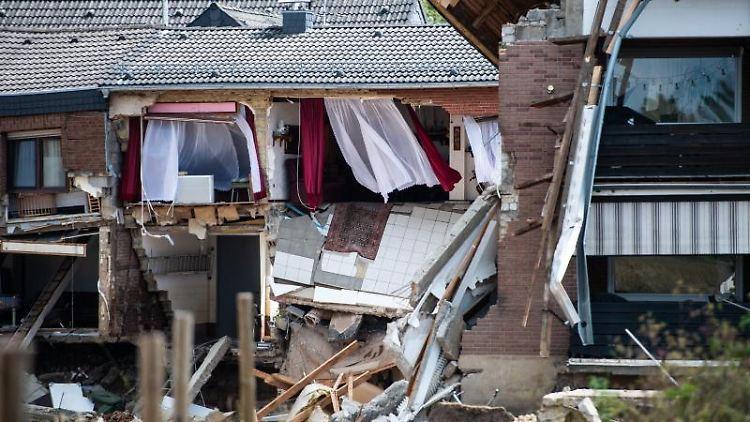 Häuser sind in Folge der Unterspülung durch das Hochwasser eingestürzt oder einsturzgefährdet. Foto: Jonas Güttler/dpa/Archivbild