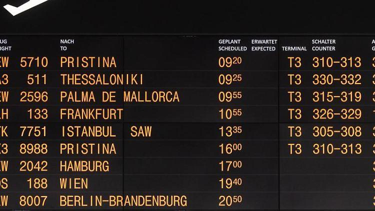Abflüge sind am Morgen auf einer Anzeige des Flughafen Stuttgart angekündigt. Foto: Marijan Murat/dpa