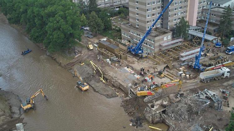 Helfer des Technischen Hilfswerks (THW) errichten eine Behelfsbrücke für die Ahr. Foto: Thomas Frey/dpa/Archivbild