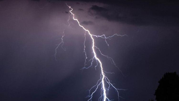 Blitze entladen sich während eines Gewitters. Foto: Robert Michael/dpa-Zentralbild/dpa/Symbolbild
