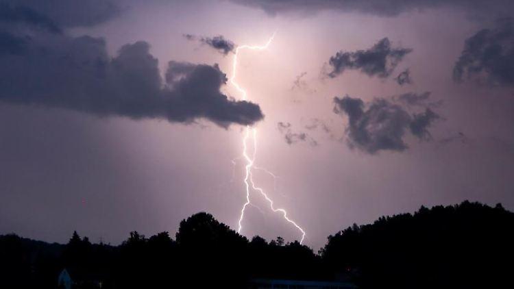 Ein Blitz erhellt den Nachthimmel. Foto: Tobias Hartl/Vifogra/dpa/Symbolbild