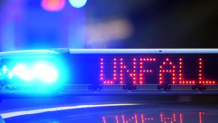 Ein Polizeifahrzeug steht mit Blaulicht an einer Unfallstelle. Foto: picture alliance/Stefan Puchner/dpa/Symbolbild
