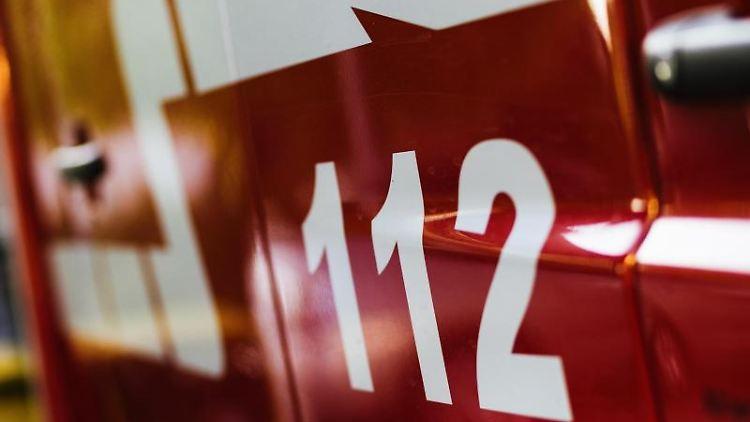 Ein Feuerwehrfahrzeug steht auf dem Hof eines Feuerwehrgerätehauses. Foto: Philipp von Ditfurth/dpa/Symbolbild