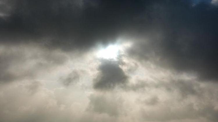Die Sonne kommt hinter einer dunklen Wolkendecke hervor. Foto: Jens Kalaene/dpa-Zentralbild/ZB/Symbolbild
