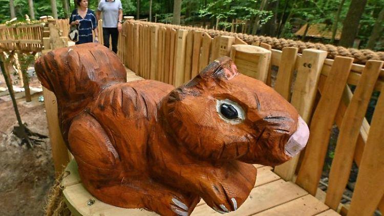 Hölzerne Tierfiguren schmücken den neuen Erlebnispfad hoch über den Tiergehegen im Zoo Eberswalde. Foto: Patrick Pleul/dpa-Zentralbild/ZB