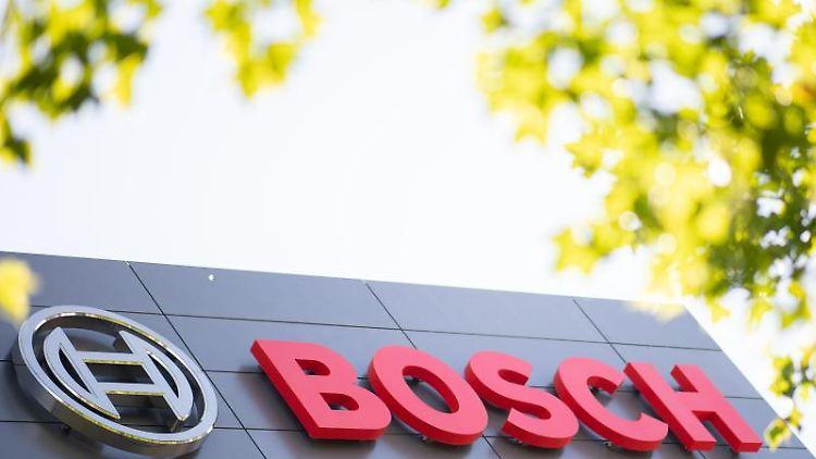 Das Logo von Bosch ist an einem Gebäude angebracht. Foto: Sebastian Gollnow/dpa/Symbolbild