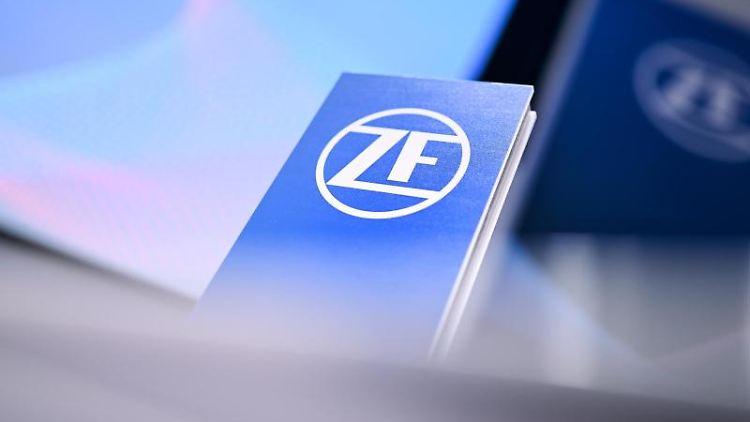 Das ZF-Logo steht auf einem Rednerpult. Foto: Felix Kästle/dpa/Symbolbild