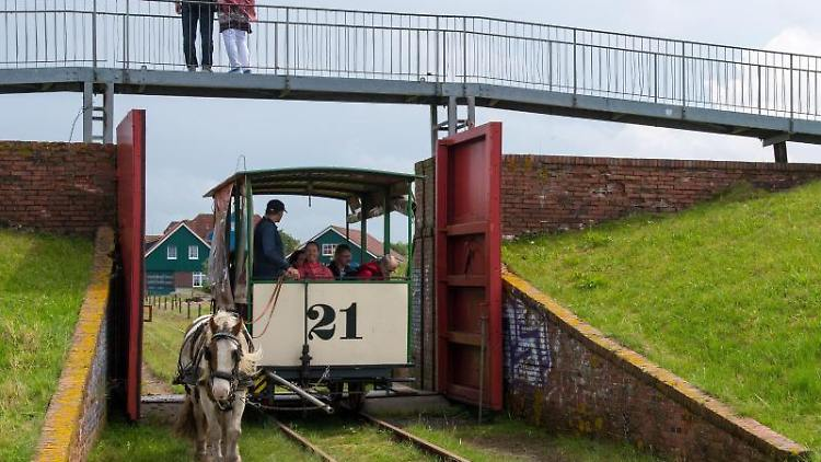 Die Pferdebahn auf der Nordseeinsel Spiekeroog (Niedersachsen). Foto: picture alliance / Ingo Wagner/dpa