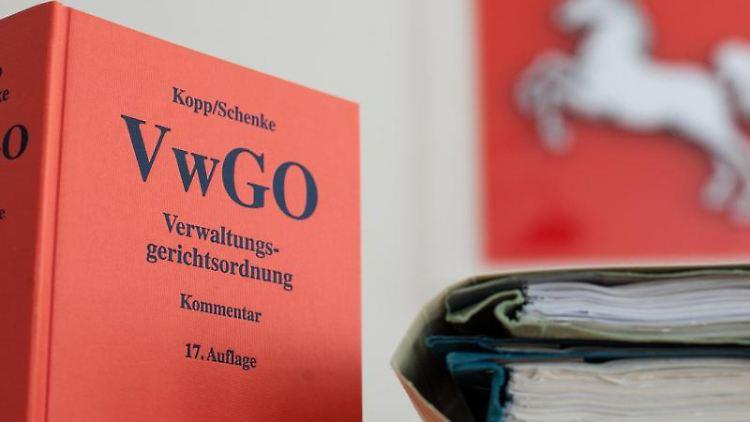 Die Verwaltungsgerichtsordnung steht im Niedersächsischen Oberverwaltungsgericht (OVG) auf einem Tisch. Foto: Philipp Schulze/dpa/Symbolbild