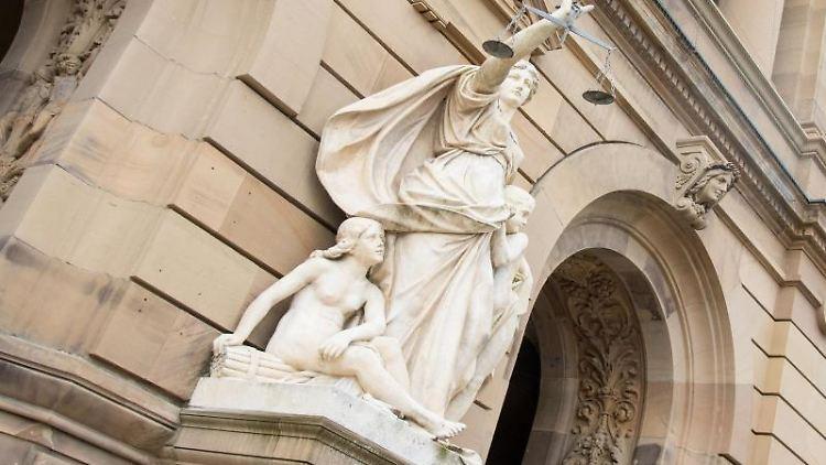 Vor einem Gericht hält eine Statue der Justitia eine Waagschale. Foto: Stefan Puchner/dpa/Symbolbild
