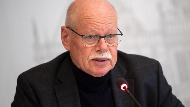 Ulrich Mäurer (SPD), Innensenator von Bremen, spricht bei einer Pressekonferenz. Foto: Sina Schuldt/dpa