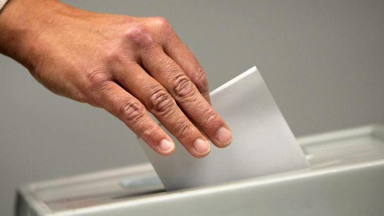 Eine Frau wirft einen Stimmzettel in die Urne. Foto: picture alliance / Fredrik Von Erichsen/dpa/Symbolbild