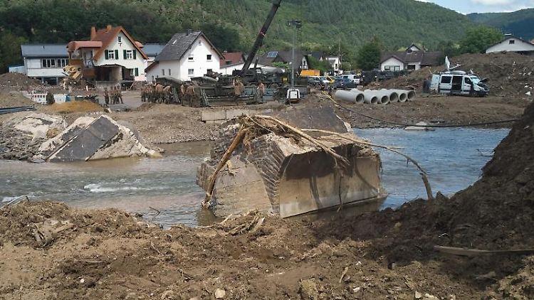 Pioniere der Bundeswehr errichten eine Behelfsbrücke. Foto: Thomas Frey/dpa/Symbolbild