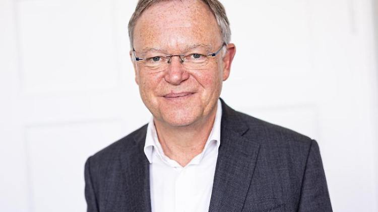 Stephan Weil (SPD), Ministerpräsident von Niedersachsen, steht in seinem Büro. Foto: Moritz Frankenberg/dpa