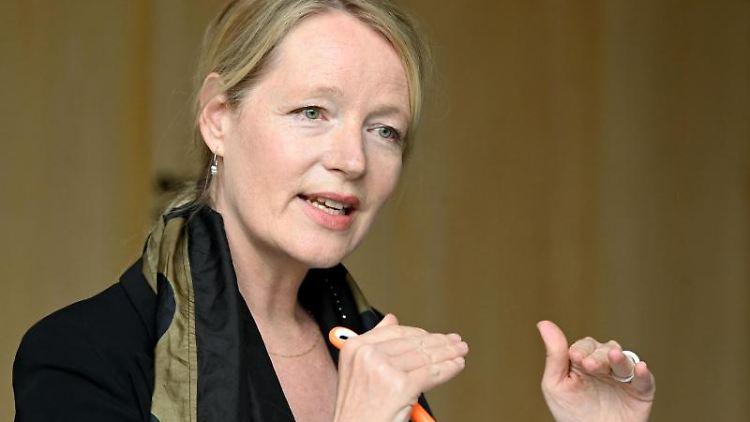 Thekla Walker (Bündnis 90/Die Grünen), Umweltministerin von Baden-Württemberg, gestikuliert. Foto: Bernd Weissbrod/dpa
