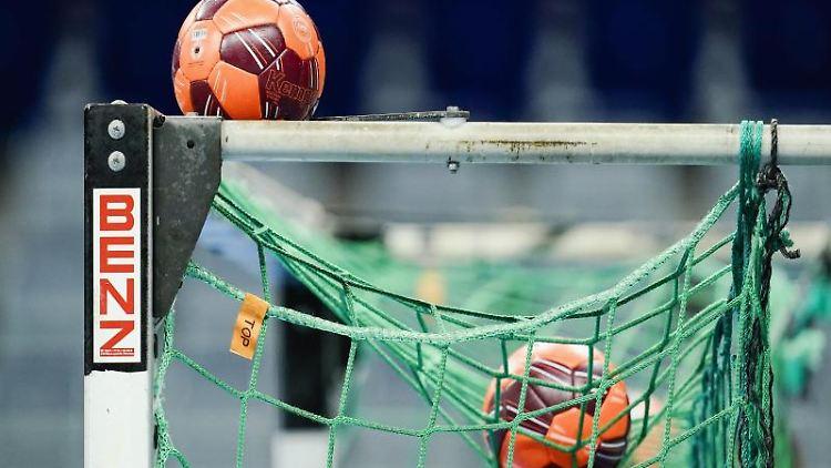 Spielbälle liegen im Netz eines Handball-Tors. Foto: Uwe Anspach/dpa/Symbolbild