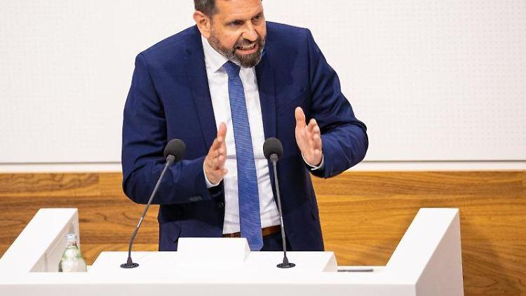Niedersachsens Umweltminister Olaf Lies spricht in der Sitzung des niedersächsischen Landtags. Foto: Moritz Frankenberg/dpa/archivbild