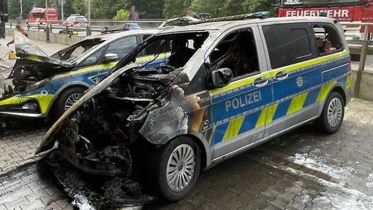 Unbekannte haben in einer Tiefgarage zwei Streifenwagen der Polizei in Brand gesetzt. Foto: Polizei Hagen/dpa