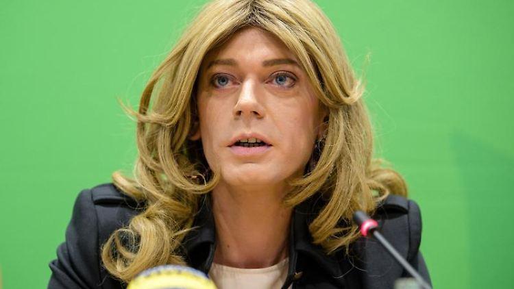 Tessa Ganserer (Bündnis 90/Die Grünen) spricht auf einer Pressekonferenz. Foto: Matthias Balk/dpa