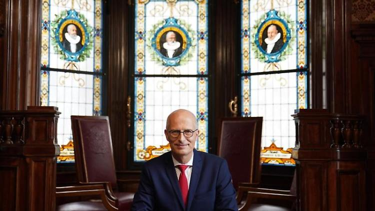 Peter Tschentscher (SPD), Erster Bürgermeister in Hamburg, schaut in die Kamera. Foto: Marcus Brandt/dpa